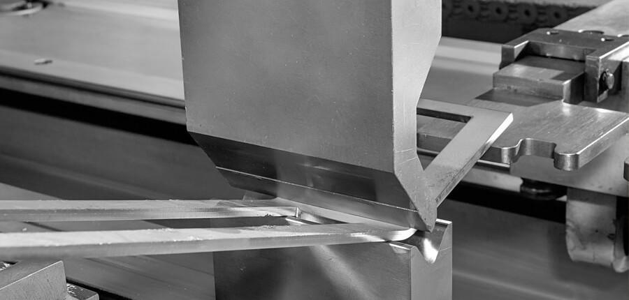 Gięcie blach na krawędziarce CNC
